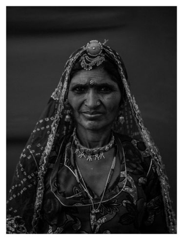 india 20 - black and white portrait of an indian woman in traditional clothing - Will Falize - friendmade.fm